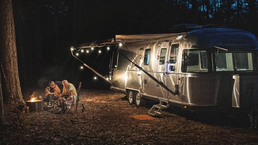 Trailer Classic da Airstream por fora tem linhas clássicas, mas o interior reúne o que há de mais moderno e sofisticado