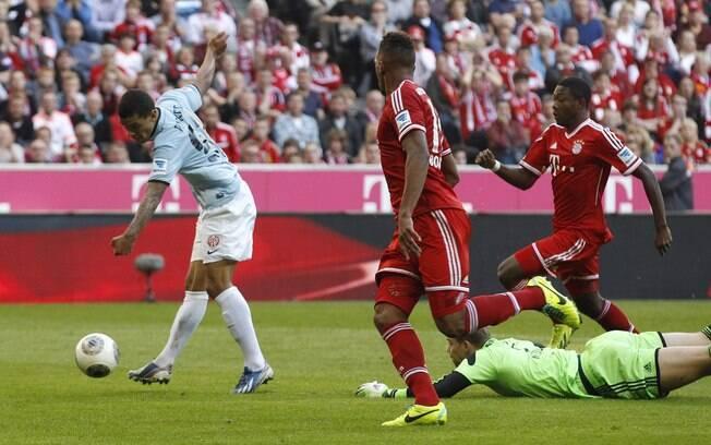 Parker dribla Neuer e faz o gol do Mainz diante do Bayern, em Munique