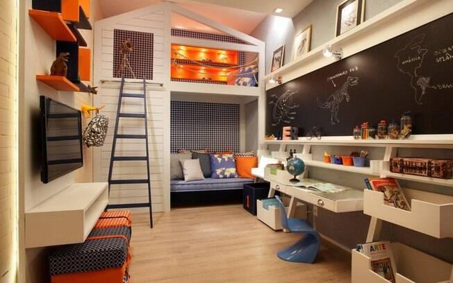 Apostar em cores que sirvam para ambos os sexos é uma saída no quarto de gêmeos. O projeto da foto contou com a presença do laranja e azul