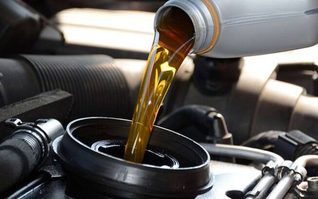 Troque o óleo antes de deixar o carro parado na garagem, de preferência por um óleo sem aditivos.