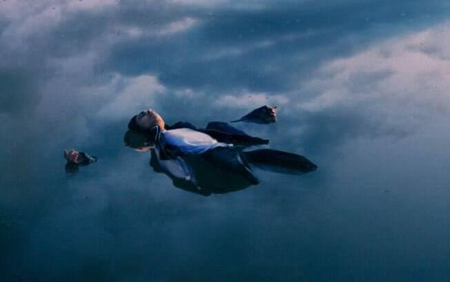 Uzochukwu diz ter uma 'conexão emocional' com esta foto, que o retrata flutuando em uma lagoa gelada no final do inverno. Foto: David Uzochukwo