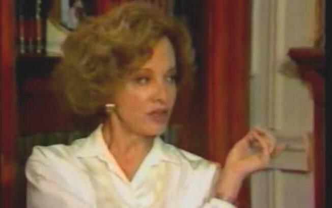 Laurinha Figueroa (Glória Menezes) se matou com um brinco para incriminar Maria do Carmo (Regina Duarte) em 'Rainha da Sucata'