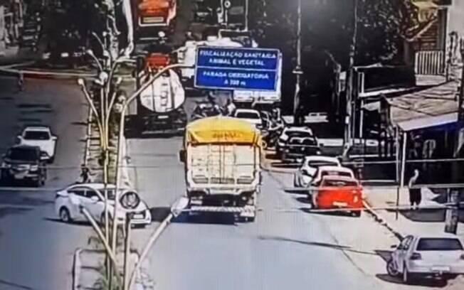 Motociclista foi empurrado sob caminhão por homem que disse agir por reflexo