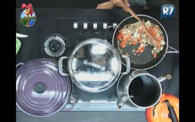 O ator prepara atum, ovo e tomate para comer com pão de forma