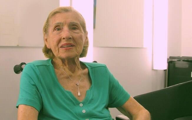 Além de cuidar da beleza, Viviane Papini, de 96 anos, também usa o tempo no salão para conversar com as amigas