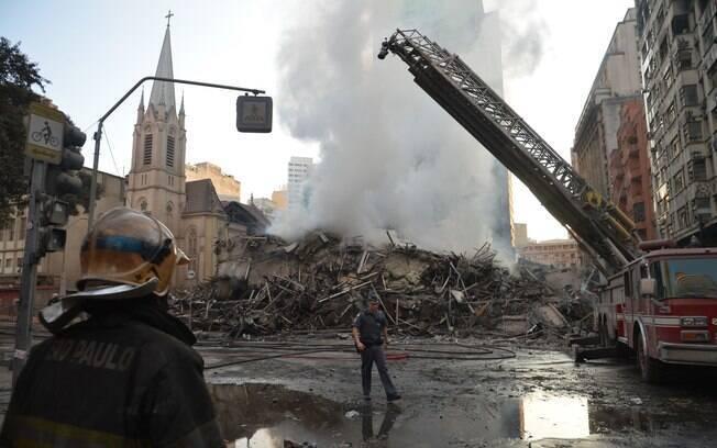 Bombeiros retiram entulho nas buscas por vítimas do desabamento de um prédio no centro de São Paulo