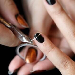 Aprenda a aplicar fitilho nas unhas