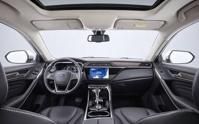 Interior vem com tela de 10,1 polegadas, luz ambiente configurável e bom acabamento entre os principais atrativos