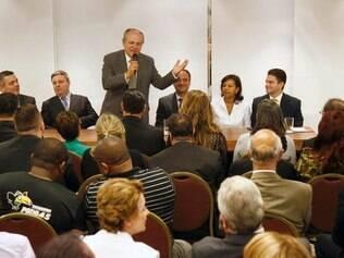 O candidato ao Governo do Estado pela Coligação Todos por Minas, Pimenta da Veiga, reuniu-se na noite de segunda-feira (25/08), em Belo Horizonte, com diretores, conselheiros e advogados de 20 cidades mineiras, na sede da OAB-MG.
