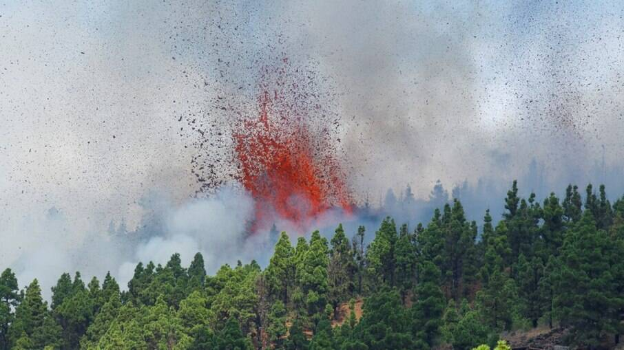 Vulcão Cumbre Vieja entrando em erupção