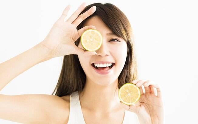 O limão pode ser um aliado e tanto nos seus cuidados de beleza; confira 10 formas de usar a fruta na sua rotina