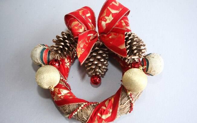 Faça uma guirlanda de capim trançado com materiais de Natal disponíveis em casa