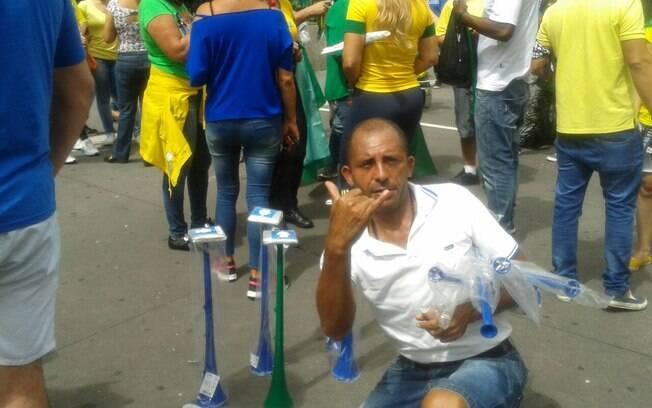 Ambulantes vendem artigos na avenida Paulista. Foto: Ana Flávia Oliveira/iG São Paulo
