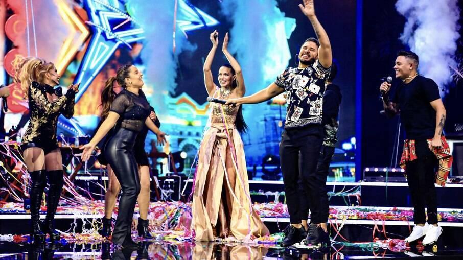 Carla Prata e Lucas Guimarães no palco