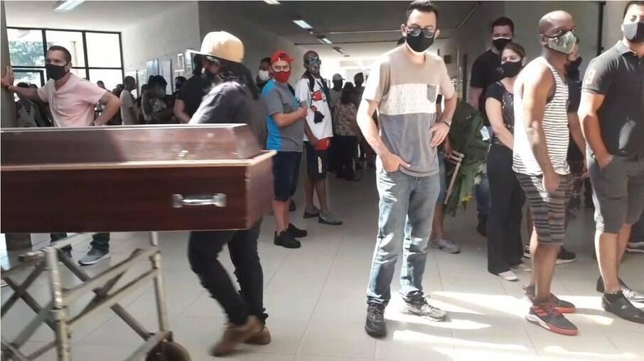 Covid-19: Famílias se aglomeram à espera de caixões de parentes em SP