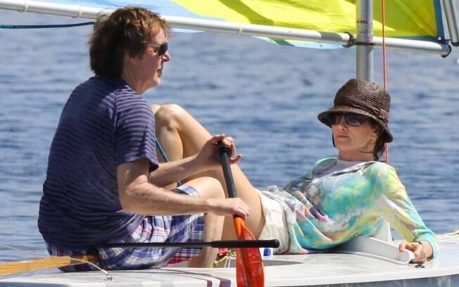 Os noivos Nancy Shevell e Paul McCartney de férias em um mini-barco em Miami, Flórida
