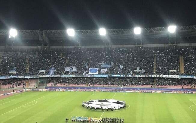 Torcedores do Napoli lotam o estádio San Paolo em duelo contra o Manchester City pela Liga dos Campeões