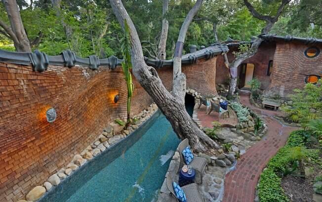 A piscina tem o formato que lembra a cauda de um animal e é o que mais chama atenção dos turistas que ficam na casa