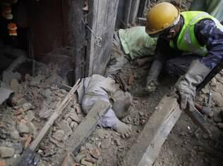 Terremoto de 7,8 graus deixou centenas de mortos no Nepal