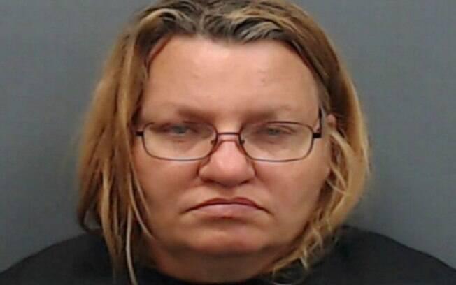 Mãe Carrie Kelly foi presa no início deste mês após abusar sexualmente e obrigar filha de oito anos a se prostituir