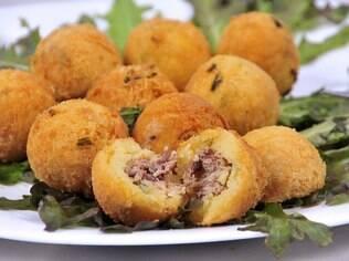 Bolinho de aipim com carne seca é um prato característico da região Sudeste