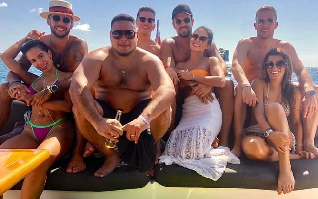 Anitta, Pedro Scooby e amigos