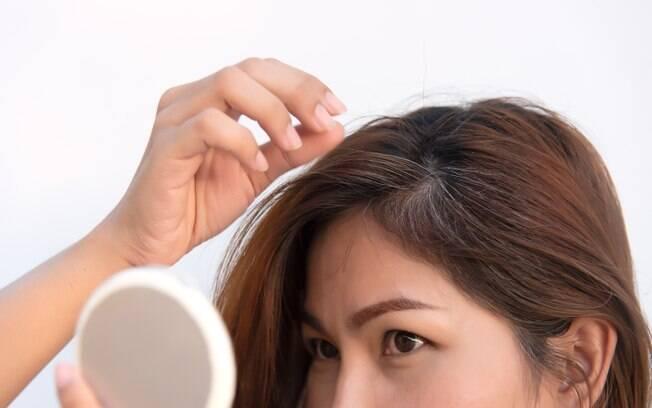 Muita gente acredita que, ao arrancar um dos cabelos brancos, vários outros vão surgir no mesmo local do fio arrancado