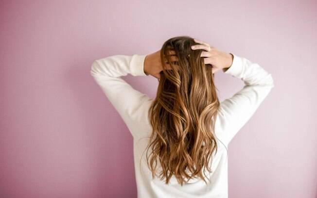 Apesar da oleosidade ser um processo natural, ter um cabelo oleoso demais pode ser resultado de alguns hábitos