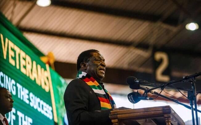 O presidente do Zimbábue, Emmerson Mnangagwa, escapou de uma aparente tentativa de assassinato neste sábado (23)