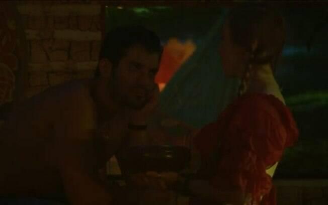 Tatiele se irrita com Roni e Aline consola o brother