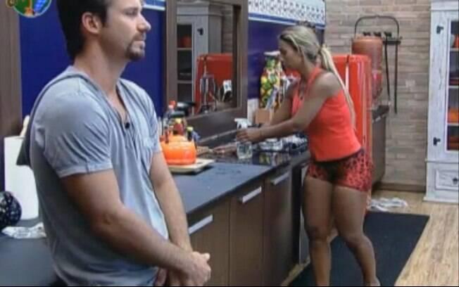 Marlon e Valesca Popozuda conversam na cozinha