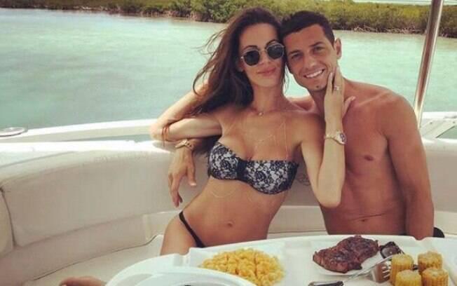 Blerim Dzemaili e a esposa, a modelo  Erjona Sulejmani