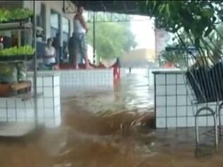Chuva alagou casas e estabelecimentos comeciais