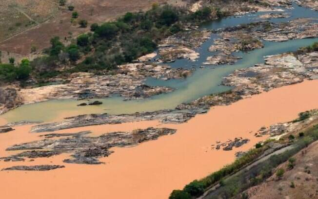 Onda de lama, procedente do rompimento de barragens em Mariana (MG), invade o Rio Doce