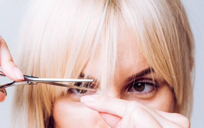 Deixe de lado o medo das tesouras e veja tutoriais para cortar os cabelos em casa