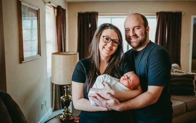 Por conta de uma condição rara do bebê, ele passou por uma cirurgia e o nascimento de Jackson aconteceu duas vezes