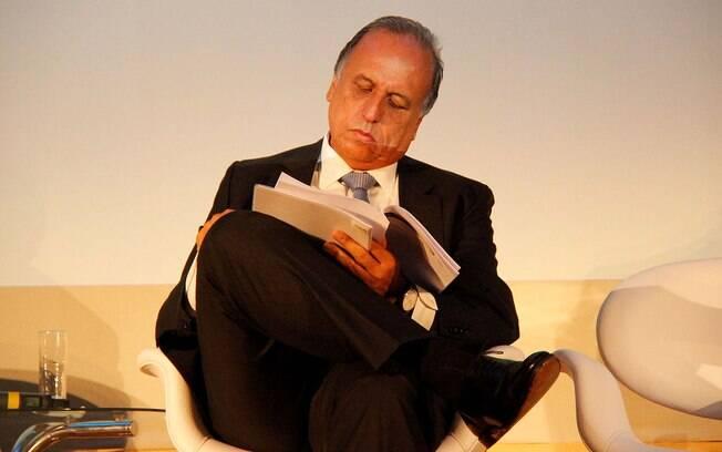 Governador do Rio, Luiz Fernando Pezão (PMDB) alterou data de pagamento de servidores para aliviar as contas do Estado