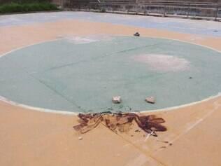 Marcas de sangue de rapaz morto em quadra de futsal no bairro Laranjeiras