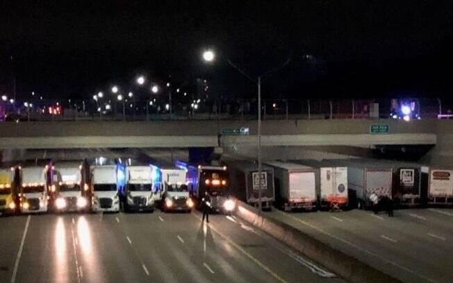 Polícia de Michigan contou com o apoio de 13 caminhoneiros para evitar suicídio em passarela