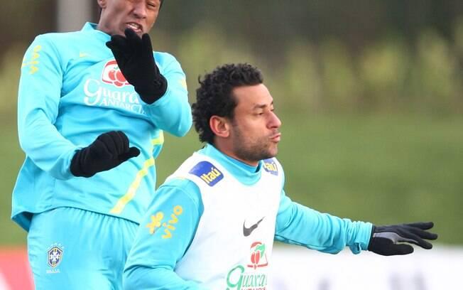 Paulinho e Fred em lance de treino da seleção  em Londres. O corintiano será titular e o atacante  do Fluminense ficará na reserva de Luis Fabiano