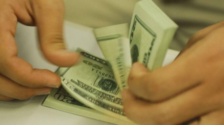 Em dia de posse nos EUA, dólar recua 0,61%