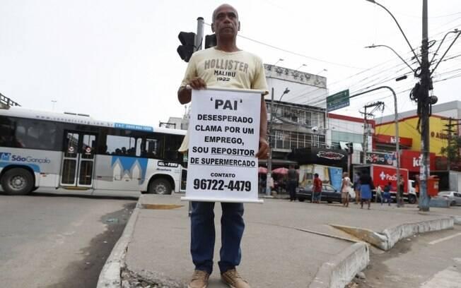 Basílio, pai de família, conseguiu emprego após segurar faixa relatando sua situação por horas