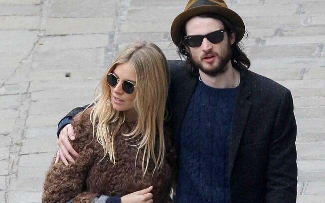 Sienna Miller e Tom Sturridge: juntos há 1 ano
