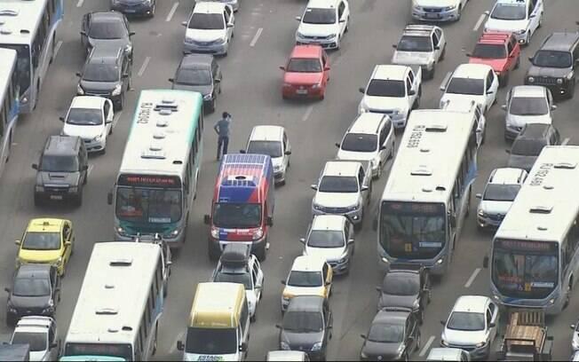 O motorista 'perdeu' o próprio carro na BR-101, no Rio de Janeiro