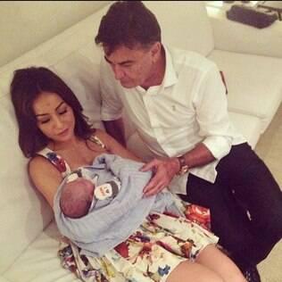 Sabrina Sato com o sobrinho recém-nascido e seu pai na maternidade