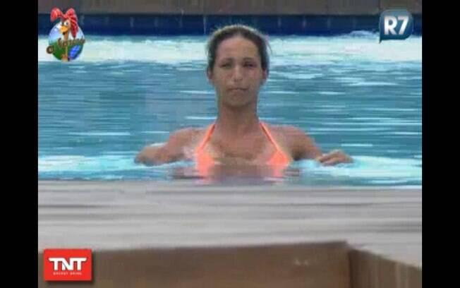 Valesca aproveita o sol forte para se refrescar na piscina