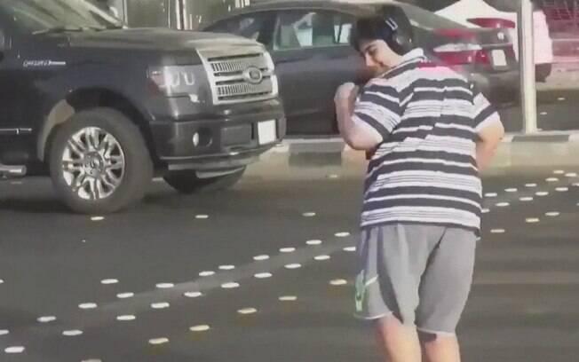 Jovem de 14 anos foi filmado dançando Macarena em faixa enquanto carros aguardavam sinal abrir