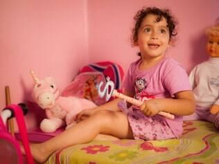 Kaylla entre bonecas e brinquedos: centro das atenções