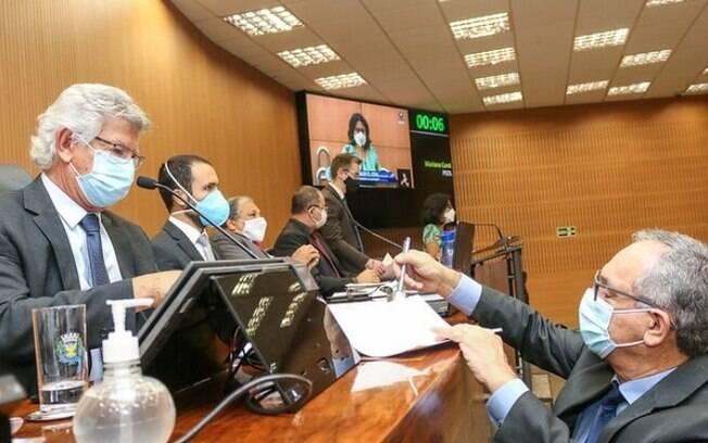 Câmara aprova lei que obriga remoção de fios inutilizados de postes