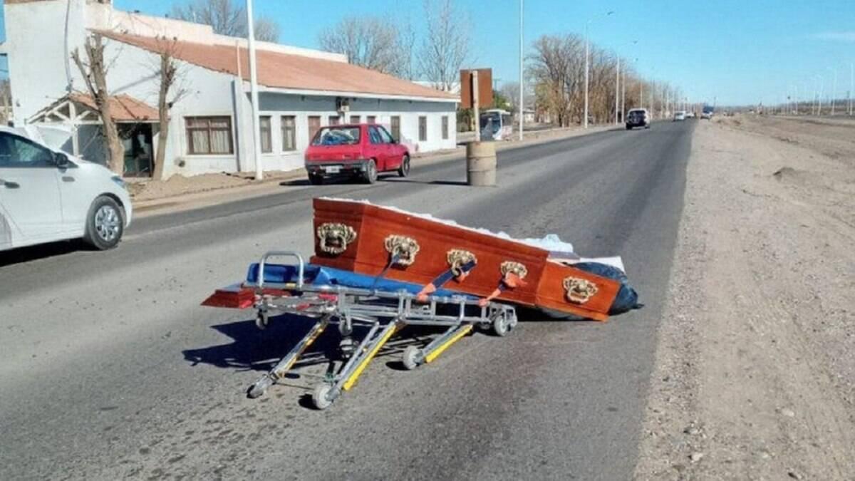 Carro funerário derruba caixão no meio de rodovia na Argentina; veja fotos
